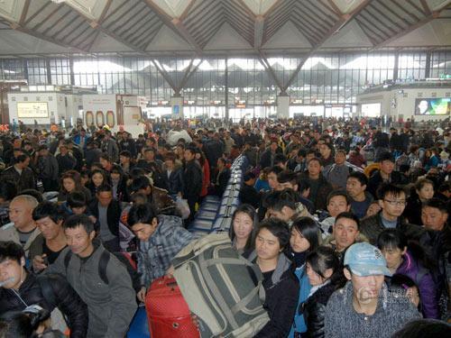 2014年1月4日,苏州,苏州火车站候车大厅内人潮涌动