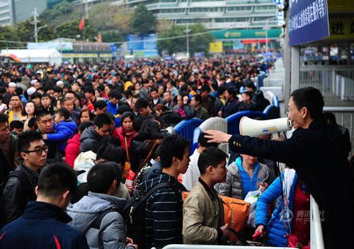 2014年1月9日,广州火车站广场工作人员在疏导客流