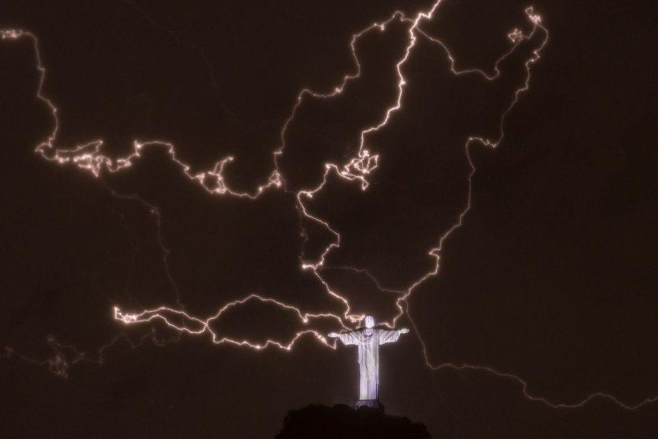 巴西耶稣像被雷击 雕像右手手指损坏(组图)