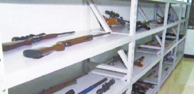 """汉龙集团这个""""黑金帝国""""被一网打尽时,仅公安机关追缴的枪支武器就有军用手榴弹3枚,国产五六式冲锋枪、美制勃朗宁手枪等枪支20支,子弹677发、钢珠弹2163发以及管制刀具100余把。"""