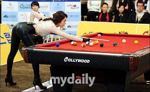 韩国小姐穿皮草露蛮腰 台球大赛秀长腿