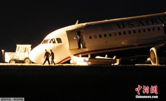 当地时间2014年3月13日,美国费城,全美航空一架客机在费城国际机场起飞时,因前起落架故障放弃起飞,停在跑道上。据机场发言人称,该1702次航班共搭载149名乘客及5名机组成员,乘客和机组成员全部安全疏散,没有人