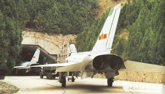 资料图:中国空军飞机进入地下基地.