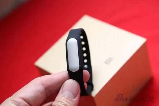 小米手环   小米手环的外观和Misfit Shine的设计类似,是通过感应器和腕带组合而成。感应器有专属的USB口充电器,感应器正面有三颗激光穿孔而成的指示灯,可以设置为不同颜色,抬起手腕可以通过指示灯查看今天的步行是否达到目标。   此外,小米还很有创意的把手环当成了手机的一种解锁方式,抬起带着手环的手移动到手机旁就可以解锁手机。未来小米手环还有更多的时尚配饰腕带可以选择。在实际佩戴时,小米手环扣紧的时候不是很容易,需要用上比较大的劲。