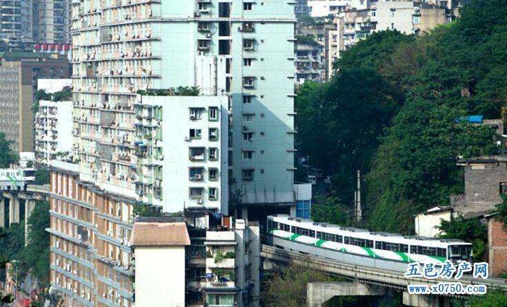 重庆轻轨穿楼而过 过山车般的震撼风景