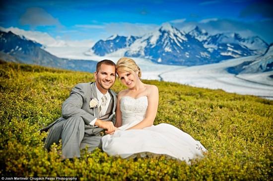 美得心醉!美国一对新人在蔚蓝冰川中拍摄唯美婚纱照(图)_图1-2