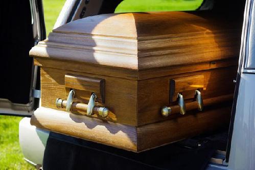 该女子因患癌症被宣判死亡,医生当场检查了该女子身体,表示其已无任何生命迹象。然而在其家属刚刚离开葬礼后不久,周围的居民和嬉戏的儿童惊悚地听到墓地中传来女人的尖叫声和捶打棺材的声音。他们随即叫来了警察将棺材挖开,却发现该女子已在棺材中窒息而死。