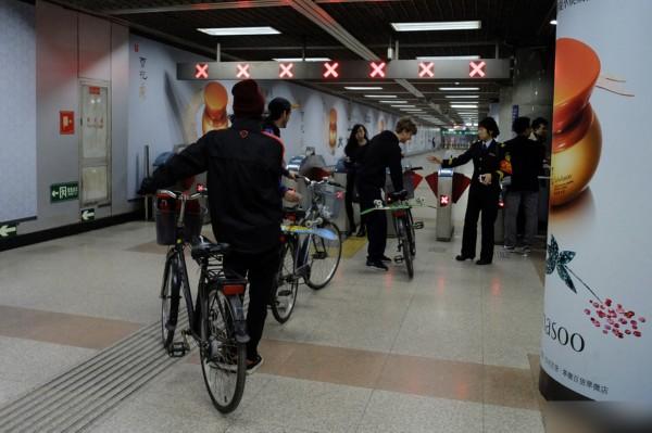 3老外推自行车闯地铁 女乘务员斥别给你们国家丢脸