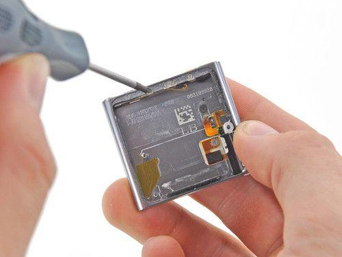 耳机插孔和按键的电路排线紧贴在外壳的内框,四个螺丝确保按键紧贴图片