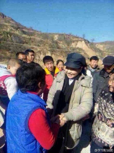 网友拍到习近平来到延安照片 彭丽媛一同拜年