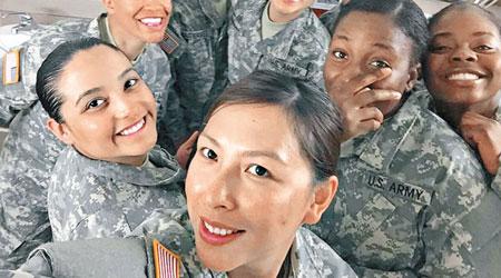 """为获美国公民身份 印尼""""最美女人""""加入美军任护士引发争议_图1-2"""