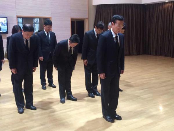 张高丽前往新加坡驻华使馆吊唁李光耀逝世 题词悼念(图)_图1-1