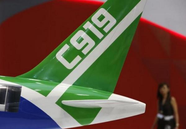 图为2014年2月12日资料图片,显示新加坡航空展上展出的C919模型。   凤凰iMarkets讯 据路透社报道,消息人士称,中国自主研发的大型客机C919首飞时间较计划推迟,交付时间可能推迟最多两年。   C919首飞时间原计划2015年底,但两名消息人士称将推迟到2016年上半年。C919是中国商飞公司研发的窄体客机,可搭载乘客156-168人,目标是与空客A320飞机和波音737飞机竞争。   消息人士还称,首架C919的交付时间可能也会推迟,可能从原计划的2018年推迟到最晚2020年。