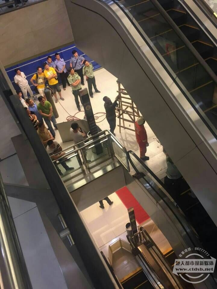 湖北一女子被卷入百货商场电梯 最后一刻托起幼儿获救