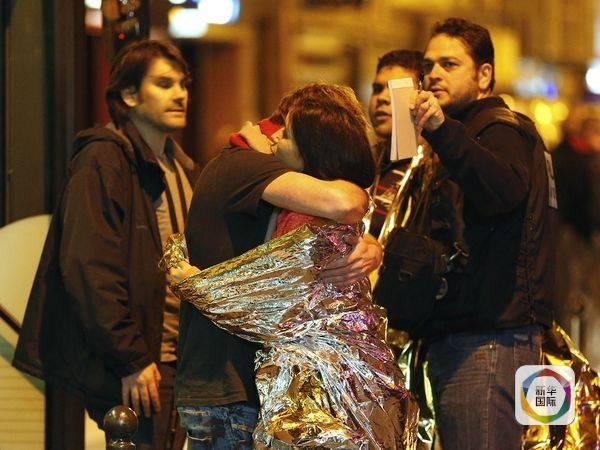 恐怖分子袭击巴黎 巴黎人却勇敢地敞开自家大门(图)_图1-4