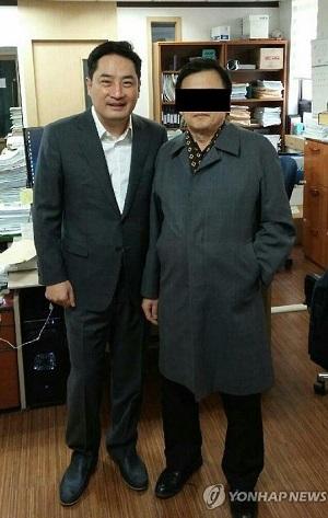 康容硕(左)和李某(韩联社)
