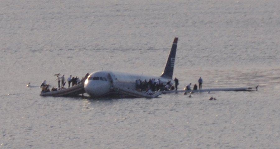 当时的新闻图片   美国中文网据CBS报道 2016年是哈德逊河奇迹的第7个年头。1月15日也是哈德逊河奇迹的第七个纪念日。2009年1月15日,一架全美航空编号1549客机,因遭到飞鸟撞击,导致两个引擎失灵,飞机起飞6分钟后迫降纽约哈得孙河,机长萨伦伯格临危不乱,以超凡技术控制客机,进行了一个教科书式的机腹着落动作,从而阻止了这架重100吨的飞机,在与水面接触时解体。机上155人奇迹生还,创造了史无前例、无人死亡的水上迫降记录。当时奥巴马总统也亲自打电话给萨伦伯格,称他表现英雄,漂亮