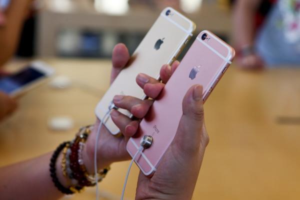 iPhone 6时代背后的白色分割线出来后曾被吐槽无数。 张新燕 澎湃资料