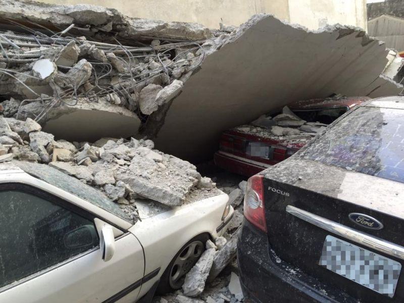 2月6日台湾南部地区发生6.7级地震,高雄市区部分停在楼下的私家车被掉落的水泥建筑压毁。 中央社记者 郭日晓 摄 图片来源:中央社