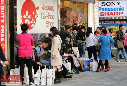 图为东京街头,中国游客随处可见。