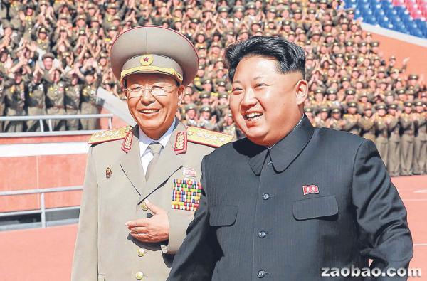 朝鲜人民军总参谋长李永吉(左)去年10月10日在平壤陪同最高领导人金正恩出席劳动党成立70周年的阅兵活动。(法新社)