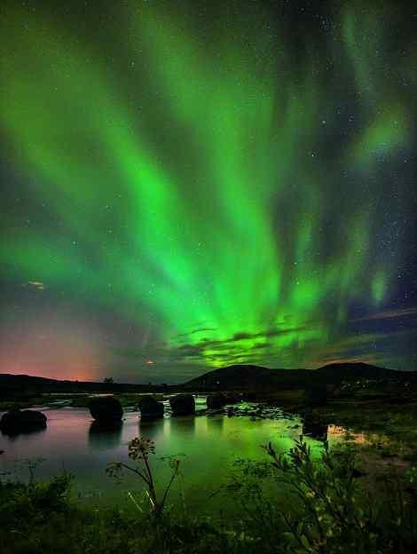 摄影师于冰岛上捕捉到震撼极光:巧合凤凰