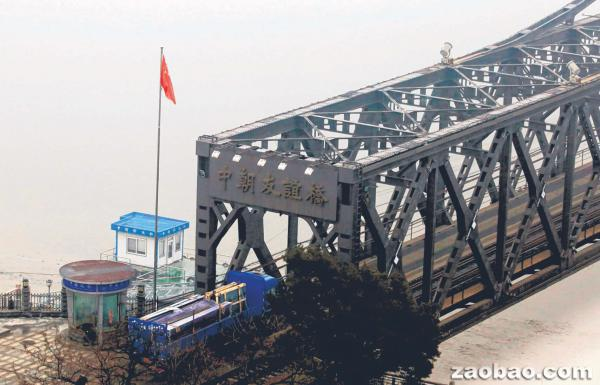 对朝鲜的制裁决议通过后,连接中国东北城市丹东与朝鲜新义州的中朝友谊桥上,交通据报比往常减少。图为一辆中国货车正在过桥。(法新社)