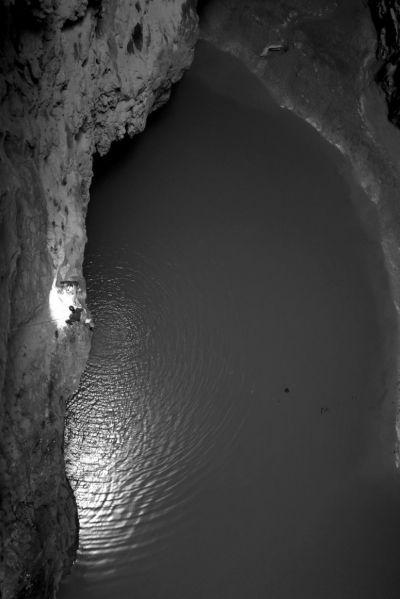 天坑底部发现地下水(3月3日摄)。新华社