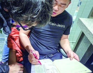 震轩美发益江店工作人员向小杨说明其在店内消费明细