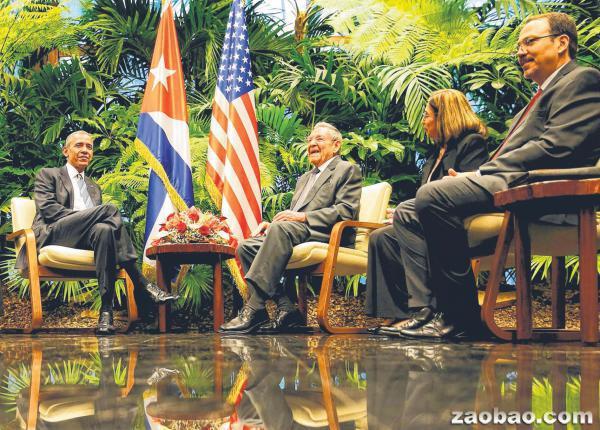 """88年首次""""美古会""""美国总统奥巴马(左一)在哈瓦那同古巴总统劳尔・卡斯特罗(左二)于新加坡时间午夜举行第一次会晤。劳尔・卡斯特罗之子亚历杭德罗・卡斯特罗・埃斯平(Alejandro Castro Espin,右一)与古巴外交部的美国事务主管维达尔(Josefina Vidal)也出席了会面。(路透社)"""