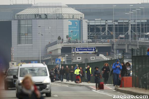 (联合早报网讯)比利时媒体报道,当地时间周二(22日)早上8时左右(新加坡时间下午3时),布鲁塞尔机场的离境大厅发生两次爆炸,导致至少11人死亡,超过30人受伤。   布鲁塞尔机场过后关闭,所有飞往给机场的航班将转飞其他机场。机场当局通过推特呼吁所有乘客不要前往机场及附近地区。   路透社引述在现场的天空电视台记者Alex Rossi的话说,他听到两响非常大的爆炸声。   继机场的两起爆炸案后,当地时间上午9时左右,布鲁塞尔市中心地铁站也发生爆炸。据报道,马尔比克地铁站(Maalbeek Metro