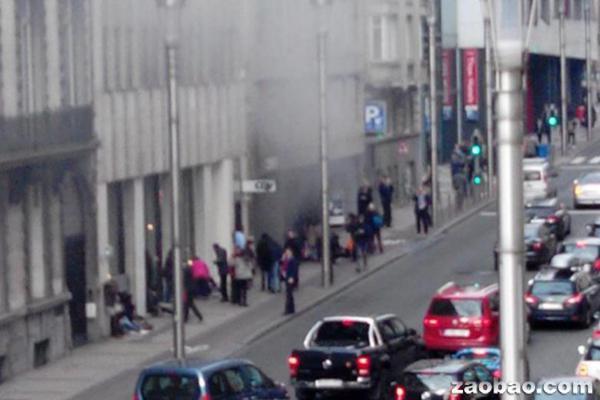 布鲁塞尔地铁站爆炸后冒出浓烟,乘客正逃出地铁站。(标准晚报)