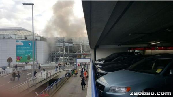 布鲁塞尔机场爆炸发生后,现场传出白烟。(英国广播公司)
