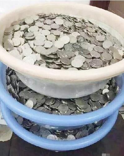 三个脸盆的硬币工资
