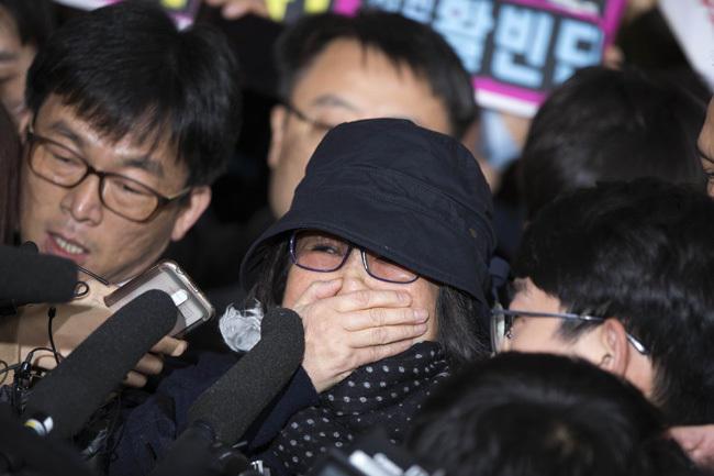 """朴槿惠""""闺蜜""""崔顺实现身检察院 名牌皮鞋被挤掉"""