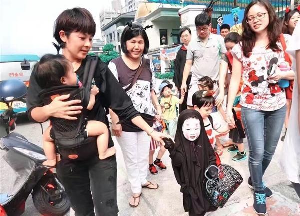 """据悉,在幼儿园万圣节Party上,一位小女孩被麻麻打扮成了《千与千寻》中的鬼怪""""无脸男"""",看的出麻麻很认真,效果十分逼真,简直出神入化。"""