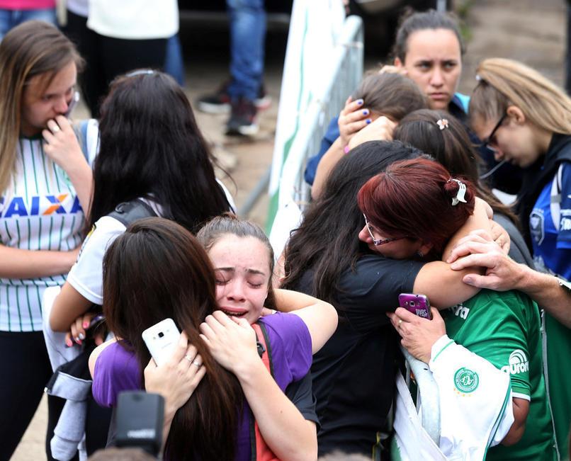 巴西球员客机坠毁71人遇难 大批球迷相拥痛哭