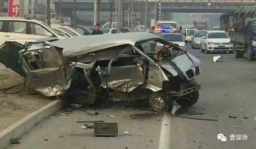 两车相撞后腾起一片烟尘,面包车被撞到路边。