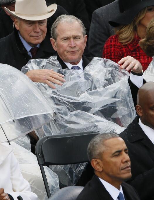 川普就职典礼小布什抢镜 奥巴马讲话被掐转头发起推特_图1-3