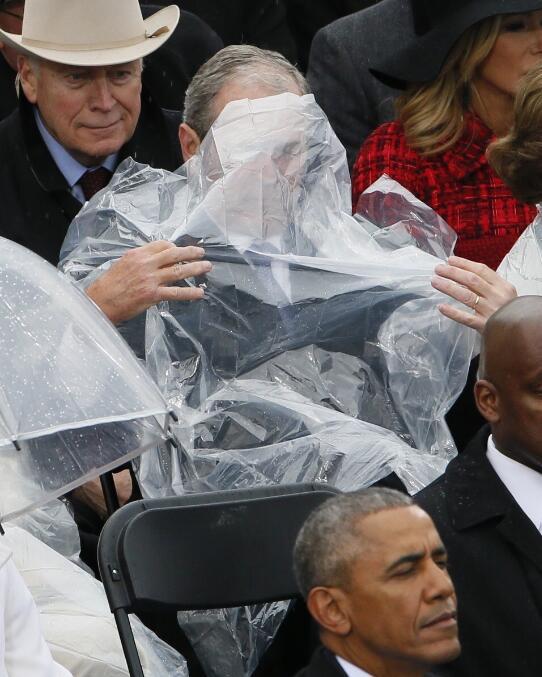 川普就职典礼小布什抢镜 奥巴马讲话被掐转头发起推特_图1-4