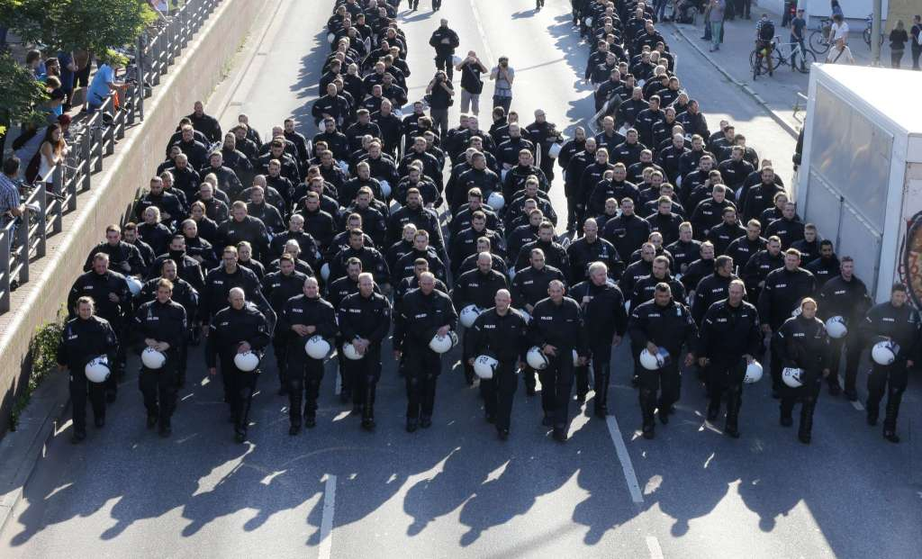 G20峰会前夕 德国警方以水炮驱散汉堡抗议者_图1-1