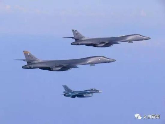 7月30日,在韩日战斗机的护卫下  两架美国空军B-1B轰炸机飞越朝鲜半岛 图/路透社