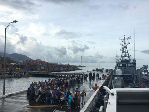 中国同胞在码头候船。 图片来源:中国领事服务网