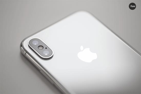 华为 Mate 10,相机参数一致的 Mate 10 Pro 的 DXOMark 综合评分为 97 分,静态摄影评分 100 分,拍照性能是目前国产手机中的翘楚。前置摄像头为 800 万像素、f/2.0 光圈;后置主摄彩色镜头为 1200 万像素,支持 OIS 光学防抖,副摄黑白镜头为 2000 万像素,二者均为 f/1.