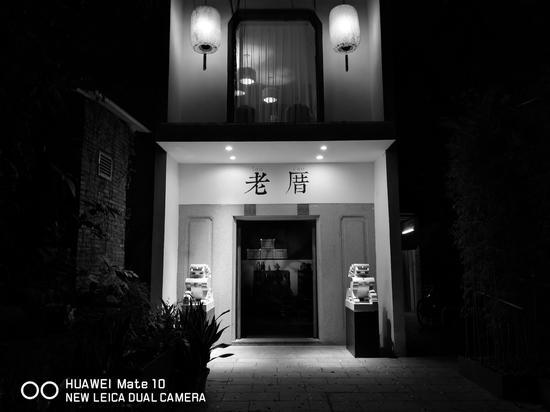 (由华为 Mate 10 内置的黑白滤镜拍摄,Mate 10 的黑白照片是 2000 万像素)