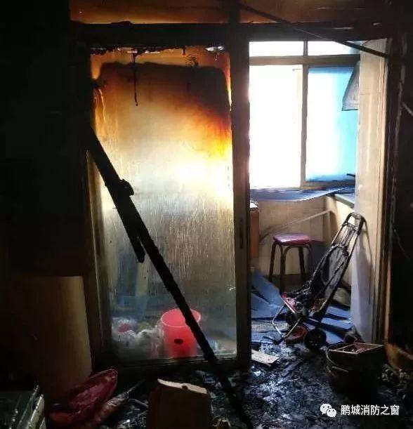 家里刚着过火 这家人却在废墟上笑着拍了全家福_图1-5