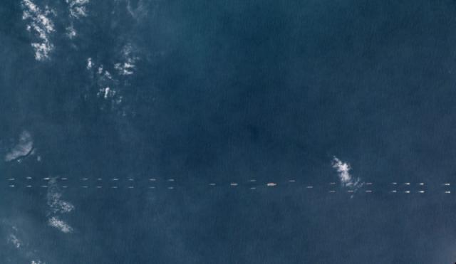 疑似辽宁舰与40艘舰只在南海军演画面_图1-1