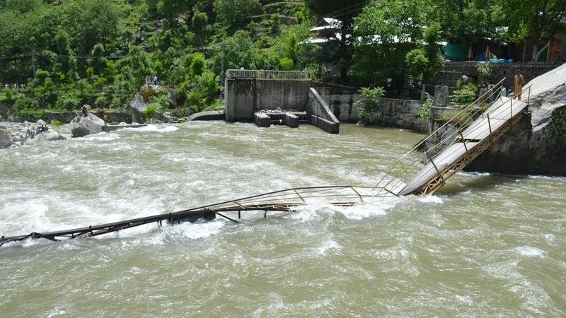 巴基斯坦一景区大桥垮塌至少40人落水:5死多伤12人失踪_图1-1