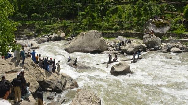 巴基斯坦一景区大桥垮塌至少40人落水:5死多伤12人失踪_图1-4