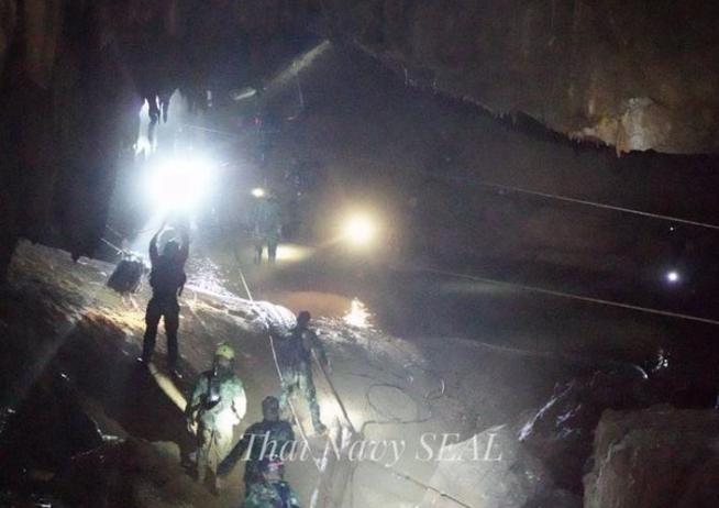 泰国洞穴救援行动再开启 救出第5名足球队员_图1-1